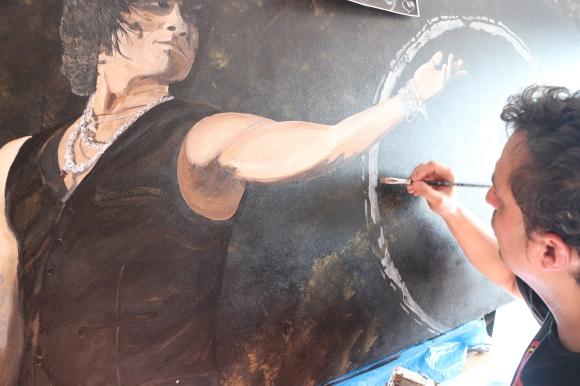 Pintando uno de sus cuadros